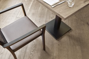 07 - Clubraum Mafi - Boden mit Tisch kl